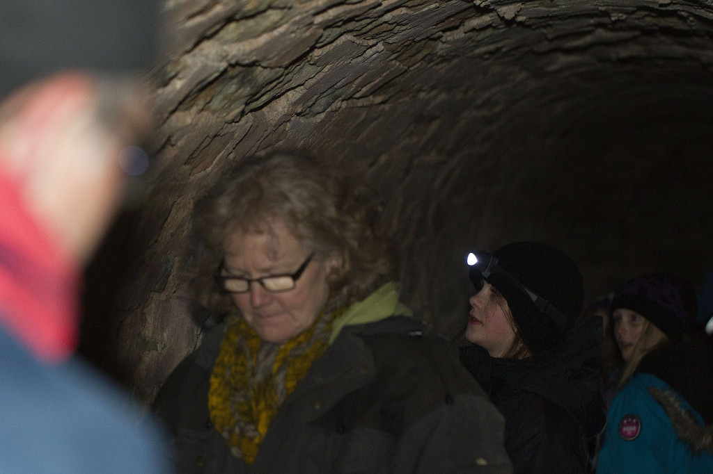 Ficklampan behövs i de mörka gångarna